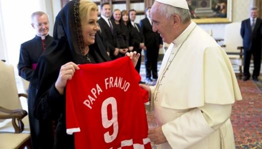 Predsjednica Papi poklonila hrvatski dres i pozvala ga u Hrvatsku