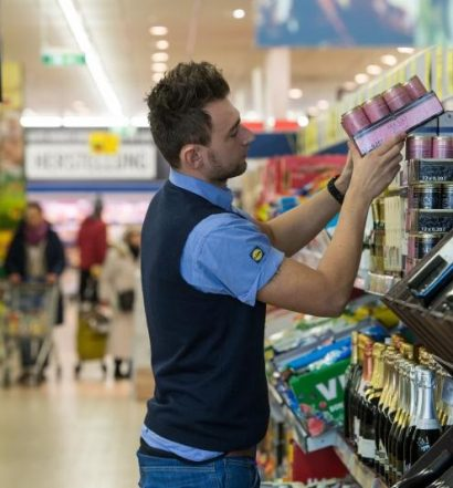 Staff member Kristian Divic  fills shelves with food products in a branch store of supermarket food discounter Lidl in Stuttgart, Germany, 3 March 2015. Photo: Marijan Murat/dpa/DPA/PIXSELL
