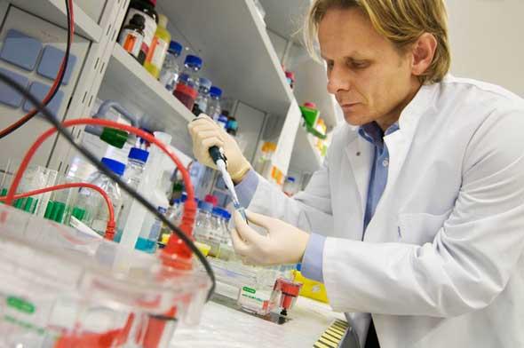 Ivan Dikic pipettiert in einem Labor seines Institutes. Professor Ivan Dikic, der Direktor des Instituts für Biochemie II im Uniklinikum in Frankfurt. Aufgenommen am Dienstag, 9. Februar 2009 im Haus 75 auf dem Uniklinik Gelände in Frankfurt am Main.