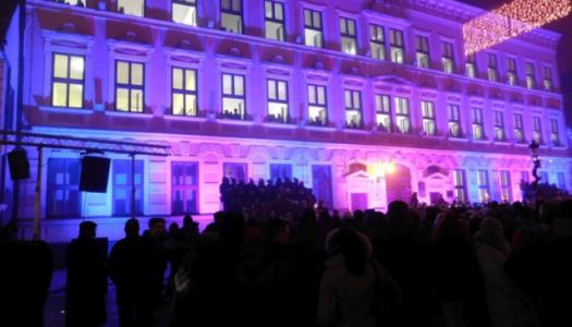 Veliki božićni koncert na prozorima vinkovačke gimnazije
